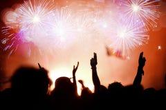 Multidão que comemora o ano novo com fogos-de-artifício Fotos de Stock Royalty Free
