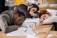 multiethnic καταπονημένη ομάδα του ύπνου αρχιτεκτόνων στοκ εικόνες με δικαίωμα ελεύθερης χρήσης
