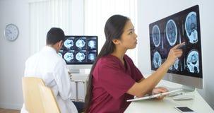 Multiethnische Ärzteteamfunktion lizenzfreie stockfotos
