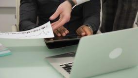 Multiethnische Analytiker besprechen Wachstumsraten der Schlüsselwährung stock footage