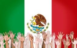 Multiethnische Arme angehoben und eine Flagge von Mexiko Lizenzfreie Stockfotos