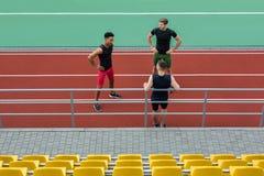 Multiethnische Athletengruppe, die mit einander spricht stockbilder