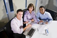 Multiethnische Büroangestellte, die an Projekt arbeiten stockbilder