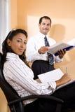 Multiethnische Büroangestellte im Überprüfungreport Stockfotografie