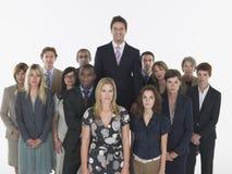 Multiethnische Führungskräfte mit Geschäftsmann Standing Taller Lizenzfreie Stockfotos