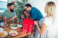 Multiethnische Freunde, die Abendessengeburtstagsfeier genießen Lizenzfreies Stockfoto