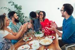 Multiethnische Freunde, die Abendessengeburtstagsfeier genießen Stockbild