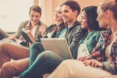 Multiethnische Freunde, die für Prüfungen sich vorbereiten Lizenzfreie Stockbilder