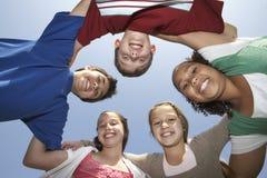 Multiethnische Freunde, die Wirrwarr bilden Stockbild