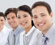 Multiethnische Geschäftsgruppe, die an der Kamera lächelt Stockbild