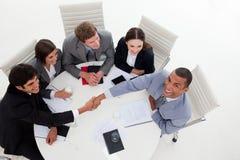 Multiethnische Geschäftsleute, die Hände rütteln Lizenzfreie Stockfotos