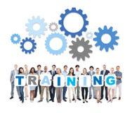 Multiethnische Geschäftsleute, die Wort-Training halten Lizenzfreies Stockbild