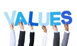 Multiethnische Geschäftsleute, die Wort-Werte halten stockbild