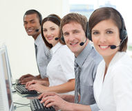 Multiethnische Geschäftsleute mit Kopfhörer ein Stockbild