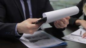 Multiethnische Geschäftsleute am Schreibtisch studieren Vertrag im Büro stock video
