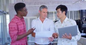 Multiethnische Geschäftsmänner, die über Dokument im modernen Büro 4k sich besprechen stock video