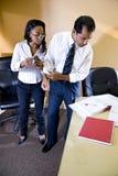 Multiethnische Geschäftsmann- und Geschäftsfraufunktion lizenzfreie stockbilder