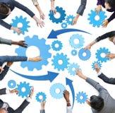 Multiethnische Geschäftsleute mit Teamwork-Symbolen Lizenzfreie Stockbilder