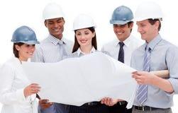Multiethnische Gruppe Architekten, die Hardhats tragen Stockbild