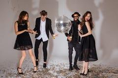 Multiethnische Gruppe attraktive frohe junge Leute, die zusammen tanzen lizenzfreie stockfotos