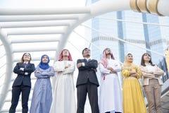 Multiethnische Gruppe des jungen Zusammenarbeitsteams stockfotografie