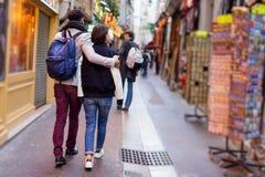 Multiethnische Gruppe Freunde, die Spaß in Paris, Quartier-Latein haben Stockbild