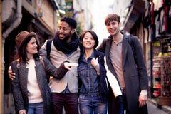 Multiethnische Gruppe Freunde, die Spaß in Paris, Quartier-Latein haben Stockbilder