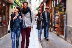 Multiethnische Gruppe Freunde, die Spaß in Paris, Quartier-Latein haben Stockfotos