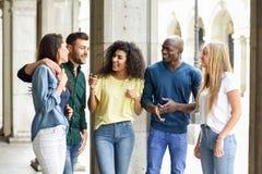 Multiethnische Gruppe Freunde, die Spa? zusammen im st?dtischen Hintergrund haben stockfoto