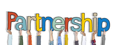 Multiethnische Gruppe Hände, die Wort-Partnerschaft halten stockbild