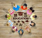 Multiethnische Gruppe Kinder mit Bildungs-Konzept Lizenzfreie Stockfotografie