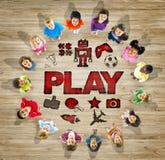 Multiethnische Gruppe Kinder mit Spiel-Konzept Stockbilder