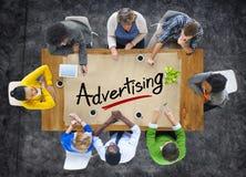 Multiethnische Gruppe mit Werbekonzeption Lizenzfreie Stockfotografie