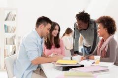 Multiethnische Gruppe Studenten, die zusammen studieren Stockfotografie