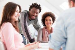 Multiethnische Gruppe Studenten, die zusammen studieren Lizenzfreies Stockfoto