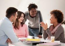 Multiethnische Gruppe Studenten, die zusammen studieren Stockbilder