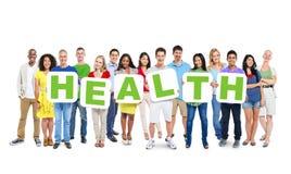Multiethnische Gruppe von Personen, die Alphabet hält, um Gesundheit zu bilden Lizenzfreies Stockfoto