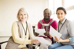 Multiethnische Gruppe von Personen, die auf Stühlen auf Seminar sitzt Lizenzfreie Stockbilder