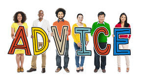 Multiethnische Gruppe von Personen, die Buchstabe-Rat hält Stockfoto