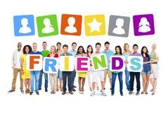 Multiethnische Gruppe von Personen, die 7 Buchstaben von den Plakaten bilden Freunde hält lizenzfreie stockbilder