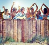 Multiethnische Gruppe von Personen, die draußen Partying ist lizenzfreie stockfotos