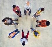 Multiethnische Gruppe von Personen, die im Kreis sitzt stockfoto