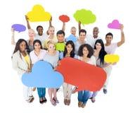 Multiethnische Gruppe von Personen, die Sprache-Blasen hält Lizenzfreie Stockbilder