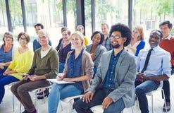 Multiethnische Gruppe von Personen im Seminar lizenzfreie stockfotografie