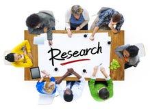 Multiethnische Gruppe von Personen mit Forschungs-Konzept Lizenzfreies Stockfoto