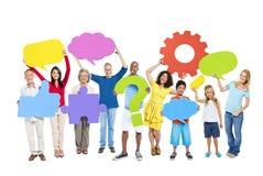 Multiethnische Gruppe von Personen mit Sprache-Blasen Stockbilder