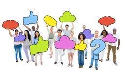 Multiethnische Gruppe von Personen und bunte Sprache-Blasen Lizenzfreies Stockbild