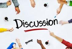 Multiethnische Gruppe von Personen und Diskussions-Konzept lizenzfreie stockfotos