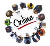 Multiethnische Gruppe von Personen und on-line-Konzept stockfotografie