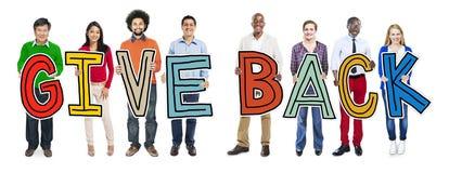 Multiethnische Gruppe von Personenen-Holding geben zurück Lizenzfreies Stockfoto
